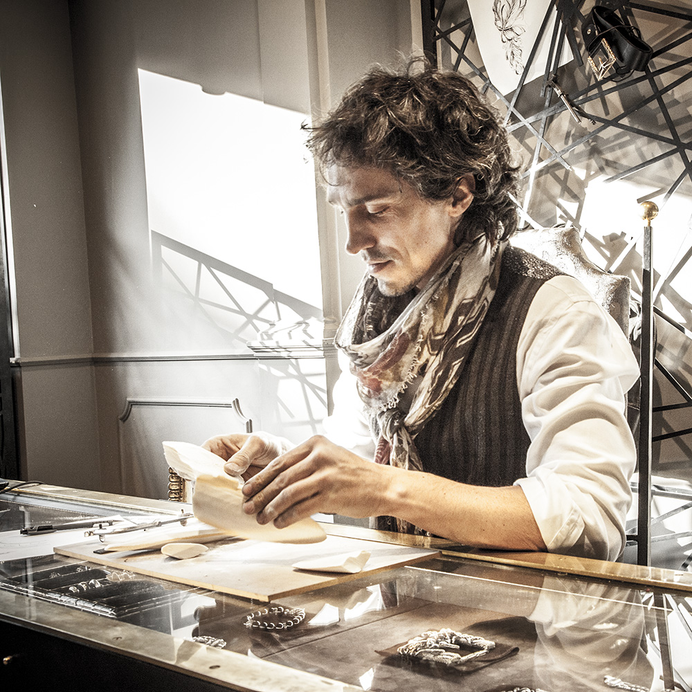 Fabio Lissi lavora ossi di seppia