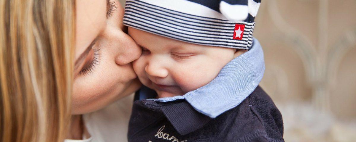 Mamma che bacia il suo bambino