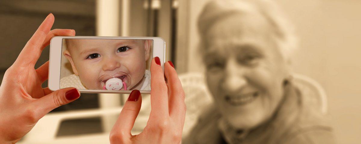nonna si fa fare foto con lo smartphone